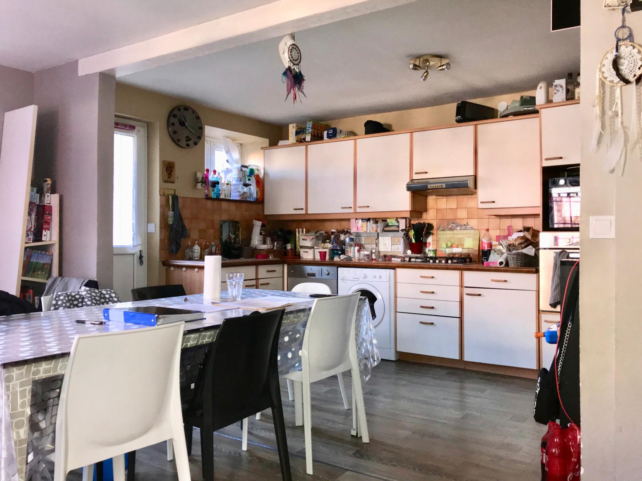 Cuisine ouverte (14,30 m2) sur séjour (15 m2).